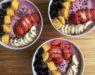 Smoothie bowl met blauwe bessen, aardbeien en kokos!